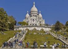 Toeristen op de heuvel van de tempel van Sacre Coeur stock foto's