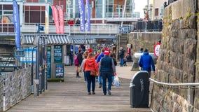 Toeristen op de kade bij de Baai van Cardiff stock afbeelding