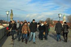 Toeristen op de middeleeuwse brug in Regensburg Stock Foto's
