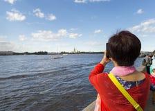 Toeristen op de Neva-rivierdijk in St. Petersburg royalty-vrije stock foto's