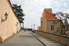Toeristen op de Oude Kasteeltrap - treden die tot het Kasteel van Praag leiden Praag, Tsjechische Republiek Stock Foto's