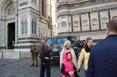 Toeristen op de straten van Florence en het leger met een pantserwagen voor veiligheid royalty-vrije stock afbeeldingen