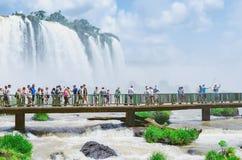 Toeristen op de voetgangersbrug van Cataratas do Iguacu royalty-vrije stock foto