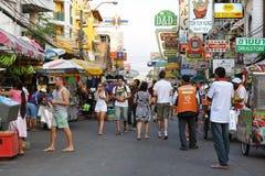 Toeristen op de Weg van Khao San in Bangkok Royalty-vrije Stock Foto's