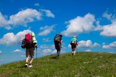 Toeristen op een achtergrond van blauwe hemel met wolken Stock Afbeeldingen