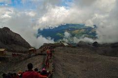 Toeristen op een berg die neer beklimmen royalty-vrije stock afbeelding