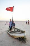 Toeristen op een boot bij zout meer Chott Gr Jerid Stock Foto