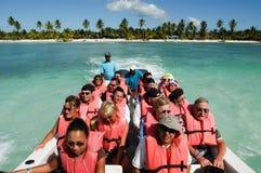 Toeristen op een boot op de manier aan het strand Royalty-vrije Stock Foto's