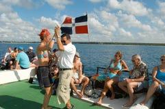 Toeristen op een boot op de manier aan het strand Stock Afbeeldingen