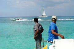 Toeristen op een boot op de manier aan het strand Stock Foto's