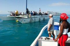 Toeristen op een boot op de manier aan het strand Stock Foto