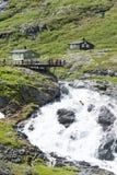 Toeristen op een het bekijken platform dichtbij de Trollstigen-weg tussen de bergen op 29 Juni, 2016 in Geiranger, Noorwegen Stock Foto