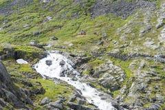 Toeristen op een het bekijken platform dichtbij de Trollstigen-weg tussen de bergen op 29 Juni, 2016 in Geiranger, Noorwegen Royalty-vrije Stock Foto