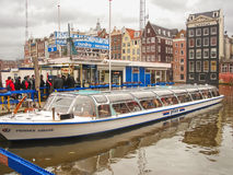 Toeristen op een meertros van plezierboten in Amsterdam. Netherla Royalty-vrije Stock Fotografie