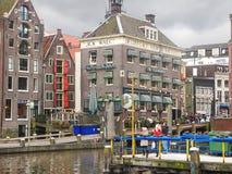 Toeristen op een meertros van plezierboten in Amsterdam. Netherla Stock Afbeelding