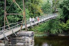 Toeristen op een Opschortingsvoetgangersbrug stock afbeeldingen