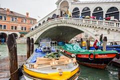 Toeristen op een regenachtige dag bij Rialto-Brug op Grand Canal in Veneti?, Itali? royalty-vrije stock foto
