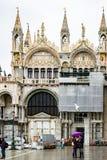 Toeristen op een regenachtige dag in Piazza San Marco St Marks Square, Venetië, Italië royalty-vrije stock fotografie