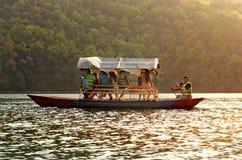 Toeristen op Fewa-meer in Pokhara, Nepal Stock Fotografie