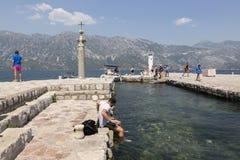 Toeristen op het Eiland gospa-od-Shkrpjela in de Baai van Kotor Royalty-vrije Stock Afbeelding