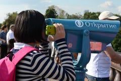 Toeristen op het observatieplatform op Vorobyovy Gory Moscow trots Royalty-vrije Stock Fotografie