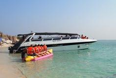 Toeristen op het strand van Koh Rin-eiland Stock Afbeeldingen