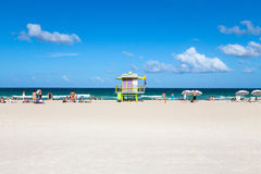 Toeristen op het strand in Zuidenstrand Miami Stock Foto