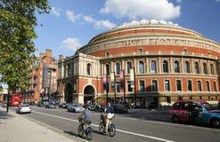 Toeristen op huurfiets, die door Koninklijk Albert Hall overgaan Stock Foto