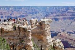 Toeristen op Meningspunt bij het Nationale Park Arizona van Grand Canyon royalty-vrije stock foto's