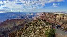 Toeristen op Meningspunt bij het Nationale Park Arizona van Grand Canyon royalty-vrije stock afbeelding