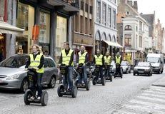 Toeristen op Segways in Brugge stock afbeelding