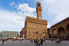 Toeristen op Signoria-Vierkant dichtbij Palazzo Vecchio stock foto's