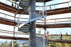 Toeristen op toren van het Vooruitzicht van Lipno van sleepbomen stock fotografie