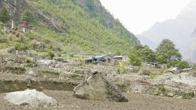 Toeristen op trek rond berg Manaslu, dichtbij dorp Prok, Nepal stock footage