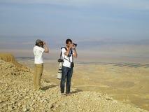 Toeristen op uitkijkpunt, Tourists at view point. Mannen bekijken en fotograferen landschap vanuit uitkijkpunt; Men enjoying and photographing landscape from stock images