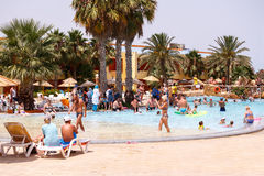 Toeristen op vakantie in pool, Tunesië Stock Foto's