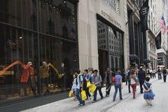 Toeristen op Vijfde Weg, de Stad van New York Stock Afbeelding