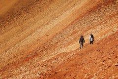 Toeristen op vulkanische helling stock foto