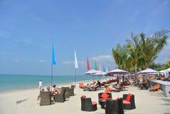 Toeristen op witte strand blauwe hemel in de zonnige dag Stock Afbeelding