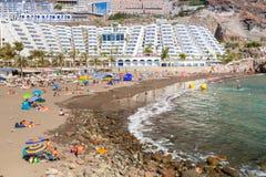 Toeristen op zonvakantie bij het Taurito-strand, Gran Canaria Royalty-vrije Stock Foto's