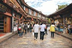 Toeristen in Oude stad van Lijiang stock foto's