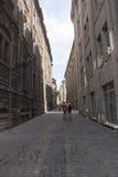 Toeristen in oude stadssteeg Stock Foto