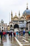 Toeristen in Piazza San Marco St Marks Square San Marco Basilica Patriarchal Cathedral van het Teken van Heilige, Venetië, Italië stock foto's