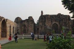 Toeristen in Qutab Complexe Minar royalty-vrije stock fotografie
