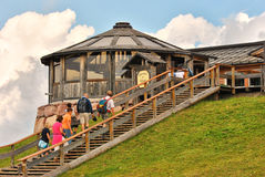 Toeristen in Refugio Paion, Alpe Cermis, Dolomiet, Italië Royalty-vrije Stock Afbeelding