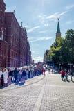 Toeristen in rij aan het museum van het Kremlin, Augustus 2015 Stock Foto
