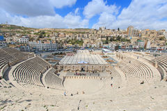 Toeristen in Roman amphitheatre van Amman, Jordanië Stock Fotografie