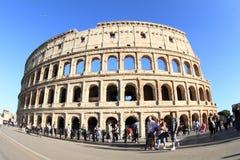 Toeristen rond Colosseum Stock Foto