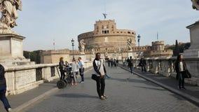 Toeristen rond Heilige Angel Castle en brug over de Tiber-rivier in Rome stock footage