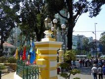 Toeristen rond het postkantoor in Saigon Stock Afbeelding